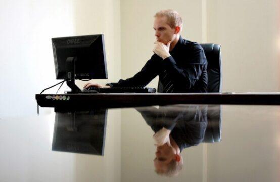 קונים עסק פעיל? אל תוותרו על הצ'ק ליסט הזה איש עסקים במשרד עם מחשב