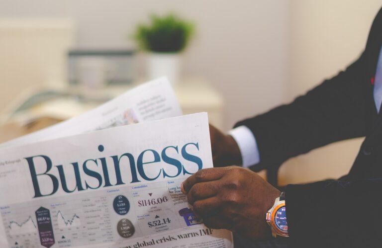 איש עסקים שוקל איפה כדאי להשקיע כסף קורא עיתון כלכלי