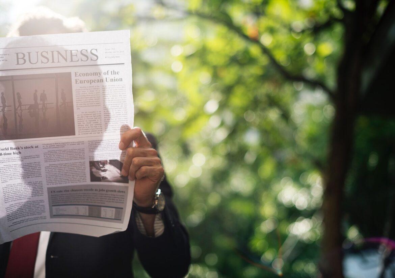 איש עסקים קורא בלוג הזדמנויות השקעה - ברוקרלי